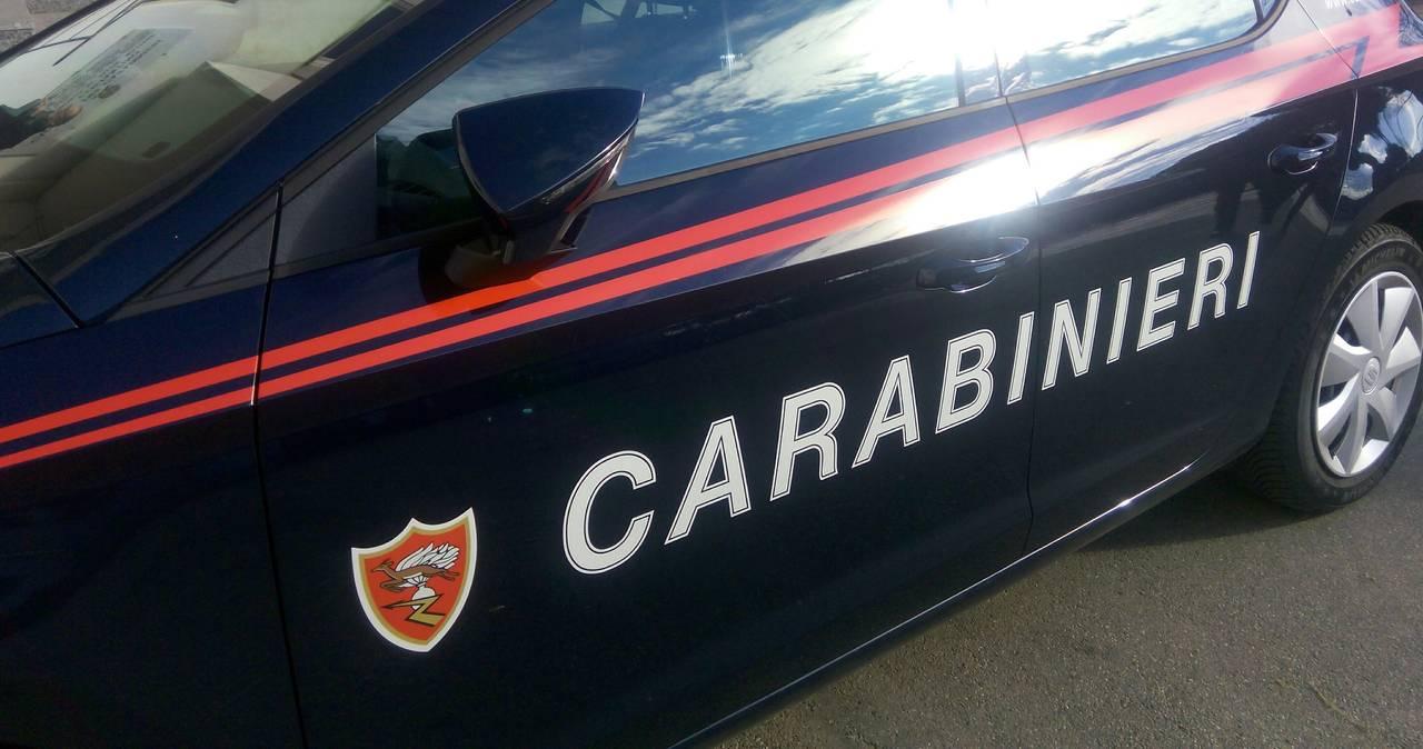 Minaccia di morte la moglie, viola l'obbligo di permanenza in casa e rivolge un coltello da cucina ai carabinieri intervenuti