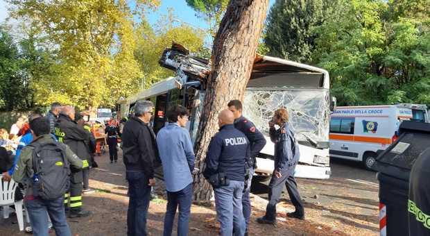 Roma, un autobus dell'Atac si schianta contro un albero. Diversi i feriti