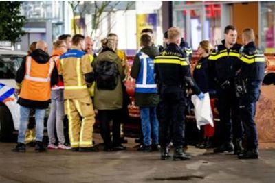 Olanda, tre minori feriti con il coltello nella via dello shopping a L'Aja. Fermato un uomo