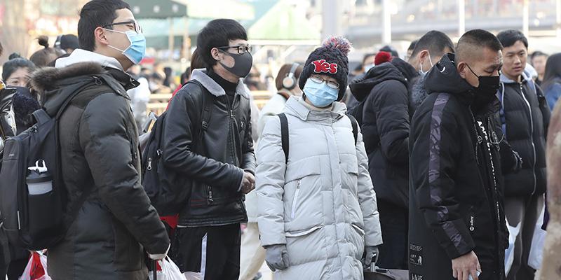 Cina, salgono a quasi 1900 i morti per il Coronavirus. Diminuiscono i contagi