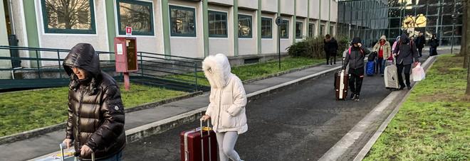 Coronavirus, 242 morti in un solo giorno. Dimessi i 20 turisti cinesi ricoverati allo Spallanzani