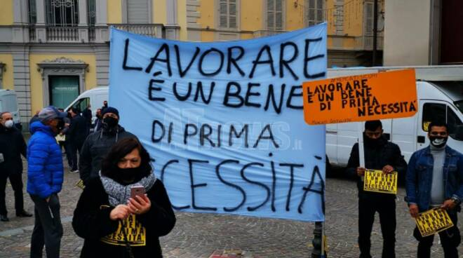 """In tutta Italia la protesta degli ambulanti e dei commercianti """"Fateci riaprire"""""""