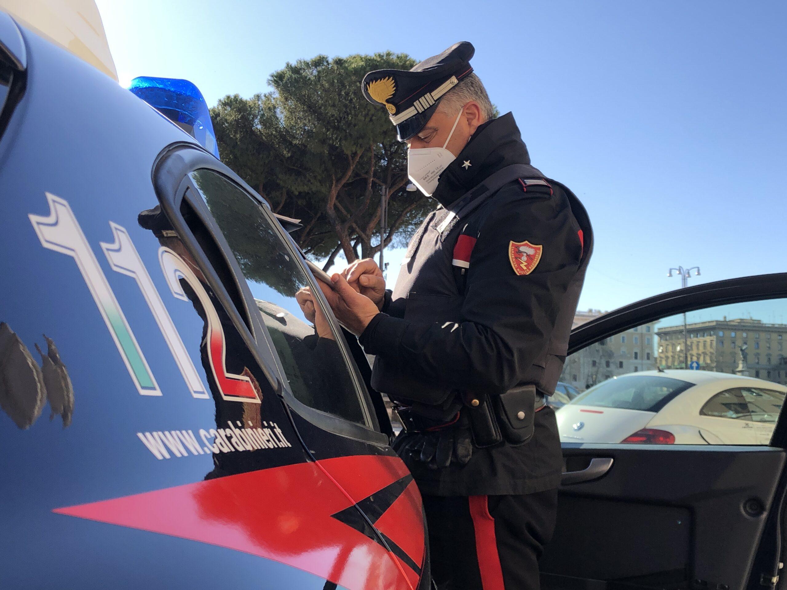 Punta pistola verso Carabinieri che lo arrestano.