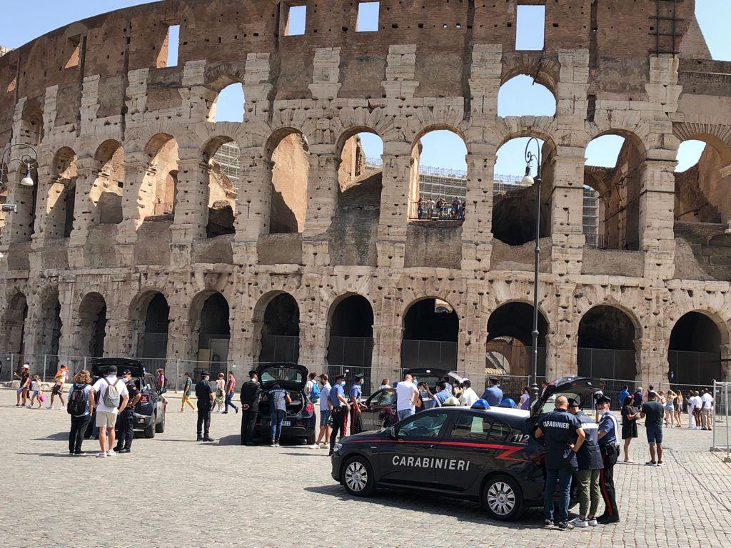 """Roma, Carabinieri contro ambulanti abusivi e """"saltafila"""" nelle aree archeologiche della Capitale a tutela del Patrimonio culturale"""